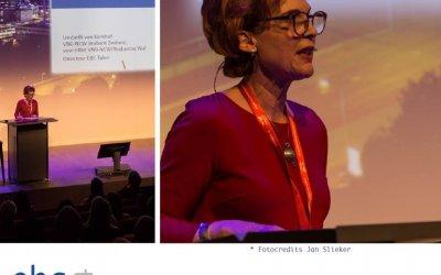 Liesbeth van Kerkhof geeft een lezing voor vluchtelingen werk Nederland